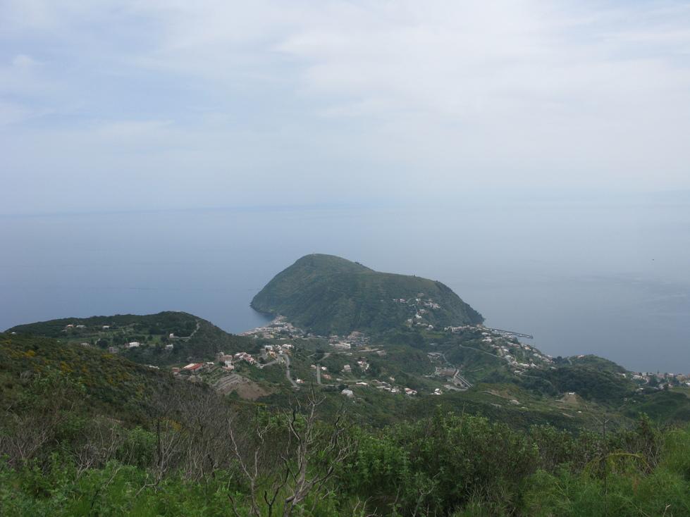 Lipari (la ville) est à droite