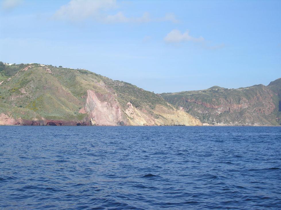 Grottes rouges au pied de Lipari