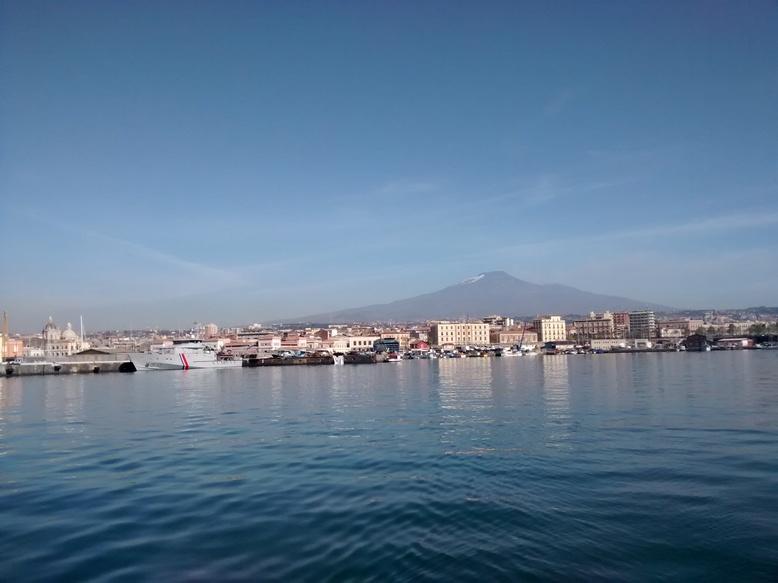 Dans l'ordre: douane, ville, Etna