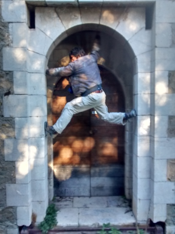 Félicien grimpe la porte