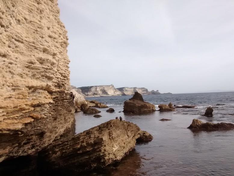 Félicien au raz de l'eau sur fond de Corse puis de Sardaigne