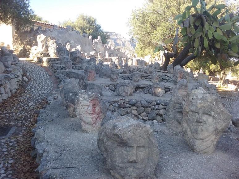 Grands alignements de pierres dressées.