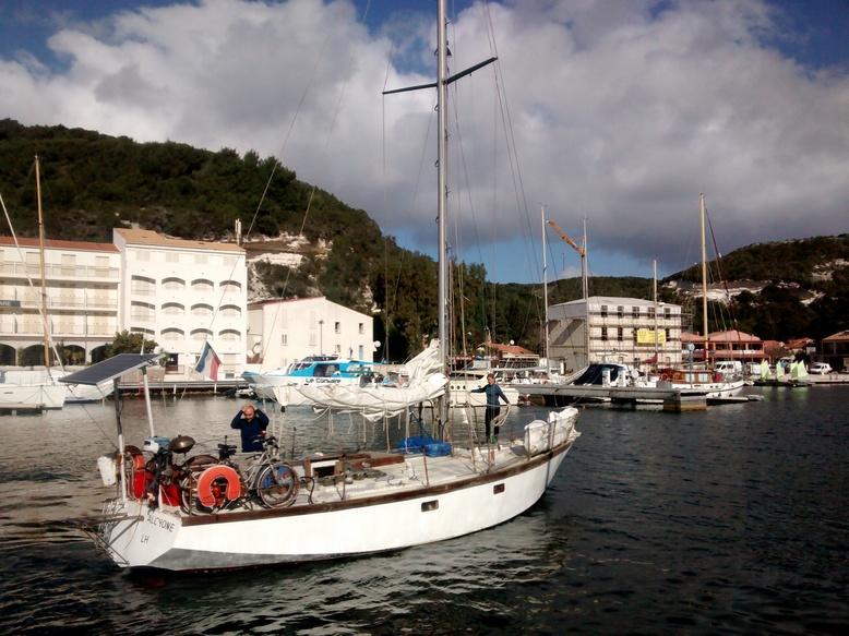 Nessim se recoiffe pour la photo[img]<br/> [img]http://journaldebord.msfc.free.fr/img/3e/Alcyone2.jpg|Vous noterez la beauté des gorges!