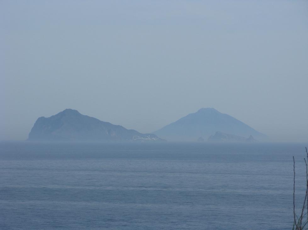 L'une est bien découpée, l'autre est l'exemple typique du cône volcanique?