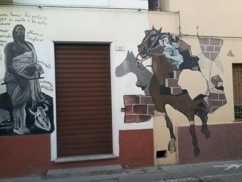 La terre en échange des patates? Et un cheval traversant un mur!