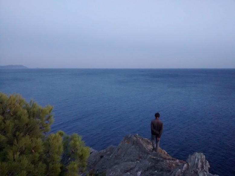 Félicien contemple notre mouillage futur du haut d'une falaise?